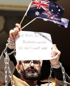 صورة لهارون يتظاهر ضد الحرب