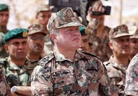الملك عبد الله بالزي العسكري