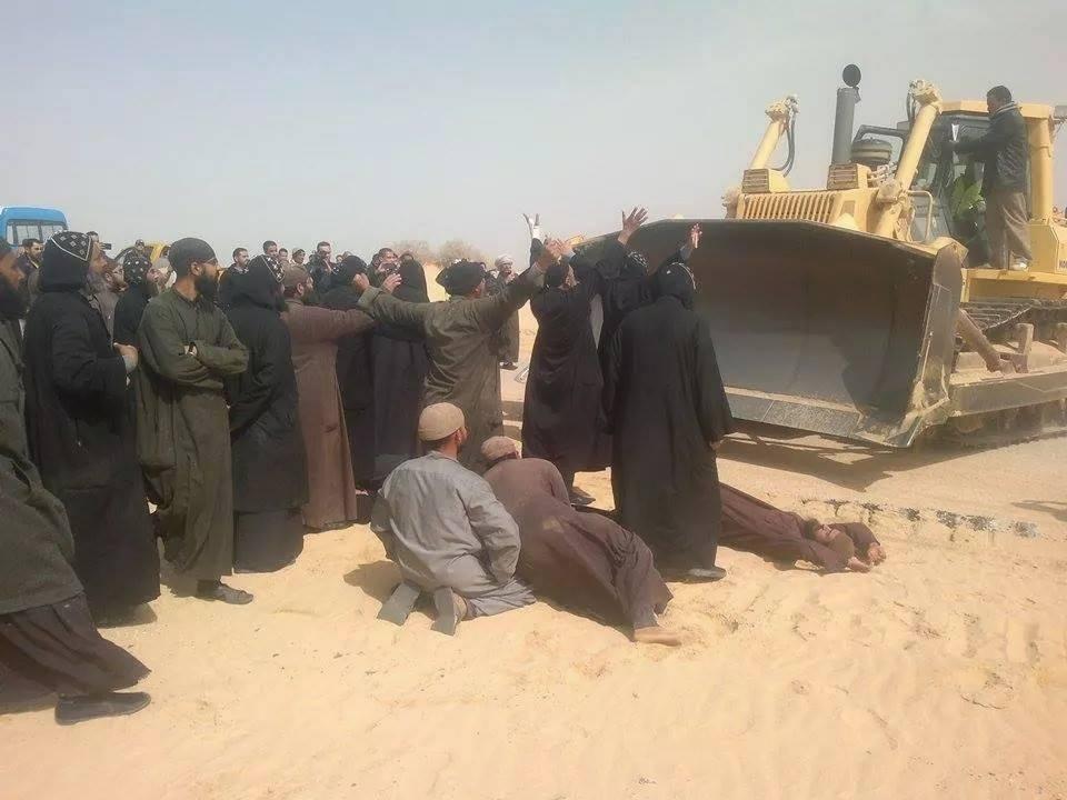رهبان الدير وتلاميذه يقفون أمام بلدوزر الهدم