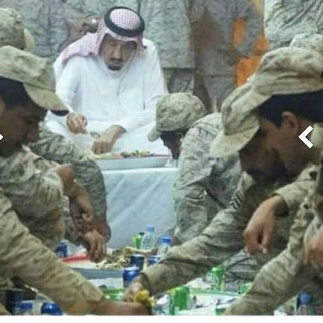 الملك  سلمان مع جنود  الجيش السعودى