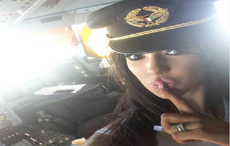 صورة ممثلة البورنو  وهى ترتدى كاب الطيار