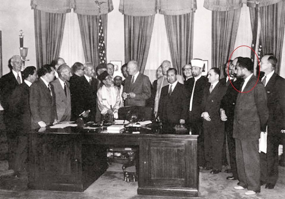 سعيد رمضان هو الثاني من اليمين والرئيس الأمريكي دوايت أيزنهاور في العام 1953