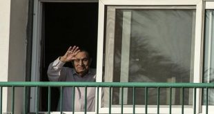 TOPSHOT - Egypt's former president Hosni Mubarak waves to people from his room at the Maadi military hospital in Cairo on October 6, 2016 as his supporters gather to celebrate the 43rd anniversary of October War victory. / AFP / KHALED DESOUKI        (Photo credit should read KHALED DESOUKI/AFP/Getty Images)