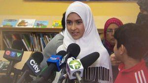 الفتاة تتحدث لوسائل الإعلام والدموع في عينيها