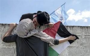 أسرائيلى يقبل فلسطينية